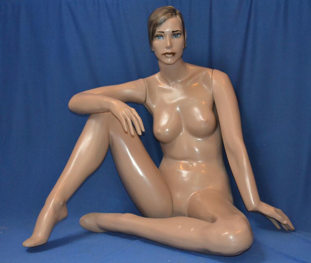MF12 – Dama Fibra Completo Maquillada Sentada En Piso Color Piel