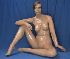 MF12 - Dama Fibra Completo Maquillada Sentada En Piso Color Piel